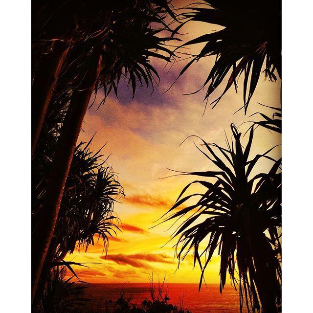 金曜日の夕焼けは特に好き。 I love Friday sunset!! #小笠原#母島#青#海#Converse#フットサル#サッカー#ブラジル#rio #R&B#sup#世界自然遺産#夕陽#カブリオーレ#coffee#ビートル#南の島#小笠原子育て#boninisland#sea#ogasawara #hahajima#staub#beetle#flowers#leaf#lei #outrigger canoe#palm trees#japan 2016/06/17 19:00:56