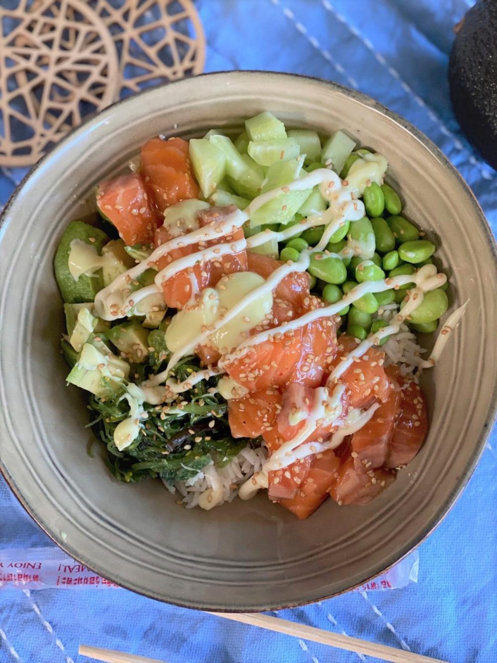 Spicy zalm poke bowl met gemengde groente - Foodblog Foodinista
