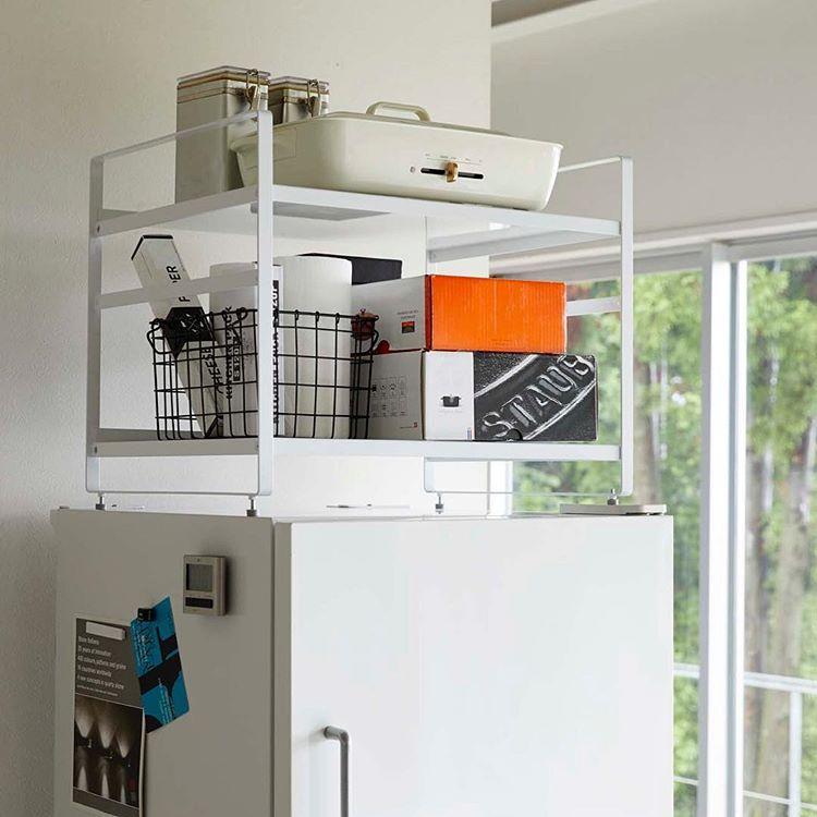 冷蔵庫上のデッドスペースを有効活用 冷蔵庫上収納ラック タワー のご紹介です 収納の少ない家庭では冷蔵庫上も貴重なスペースですが 冷蔵庫の冷却効率を損なわないように熱を逃がすためには5cm以上のスペースが必要 このラックはそのスペースを確保しながら