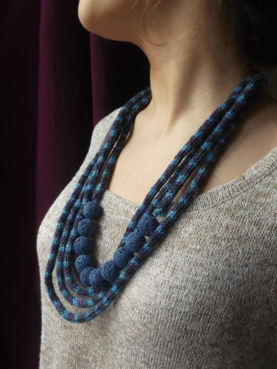 collana tessile con pietra lavica