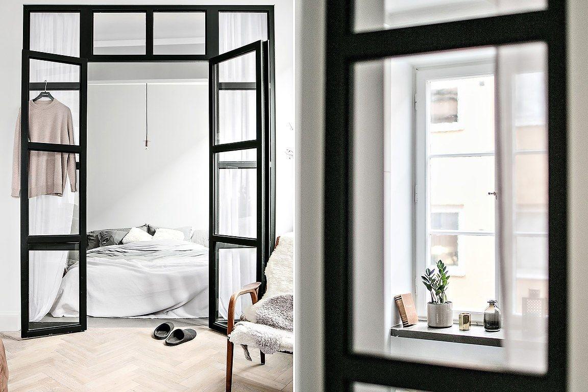 Woonkamer Klein Appartement : Glazen wand en stalen kozijnen tussen slaapkamer en woonkamer in