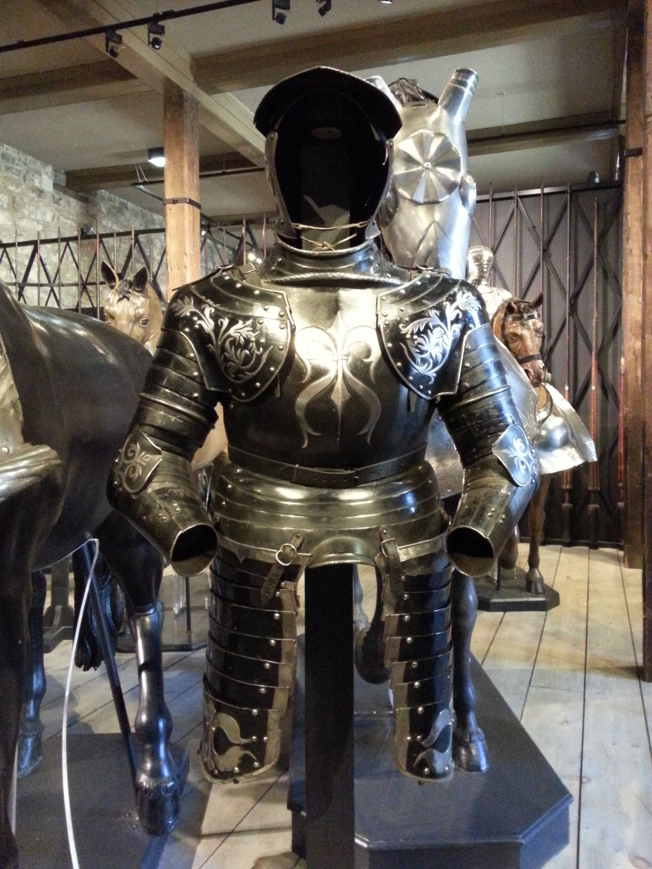 London Sightseeing ロンドン塔 ー ホワイト タワーでロイヤル武器庫 騎士のプレート アーマー Tower Of Medieval Armor Arms And Armour Armour Plate