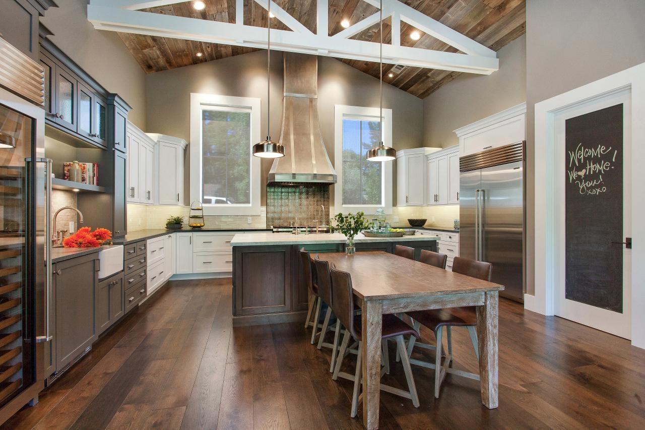 keuken met rustieke uitstraling en een hardhouten vloer