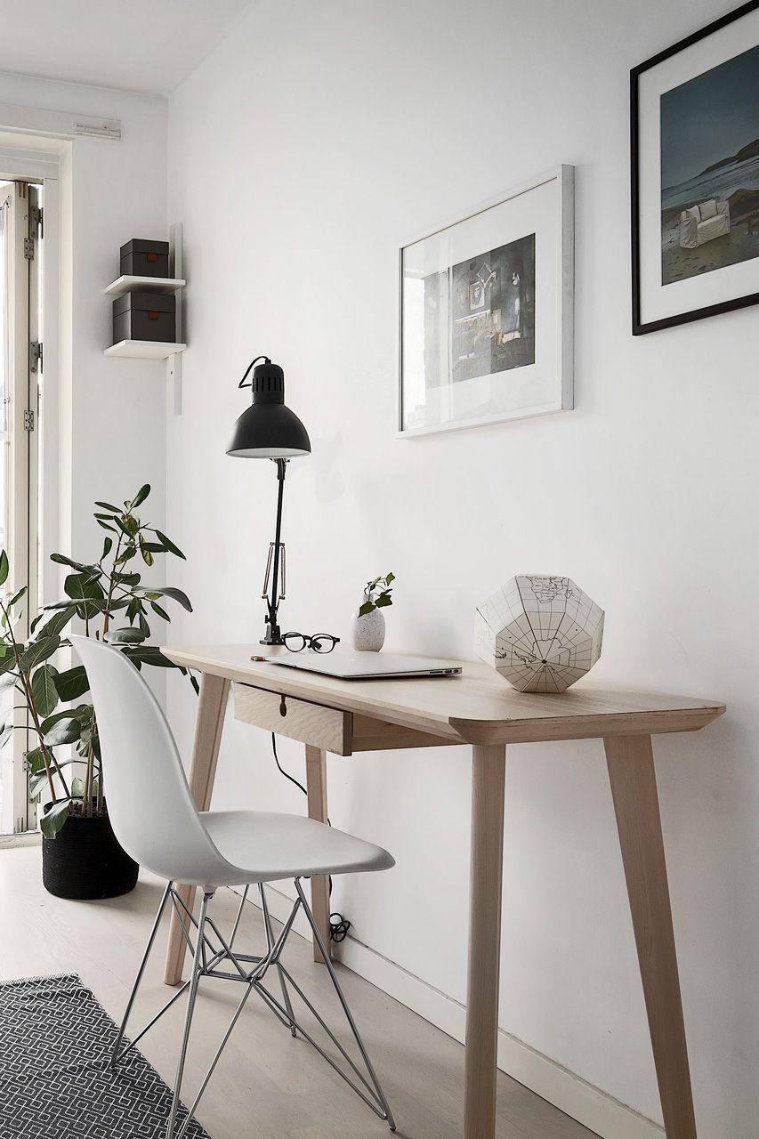 A Small Home Office In Scandinavian Style Skandinavische Wohnraume Inneneinrichtung Hausburo Schreibtische
