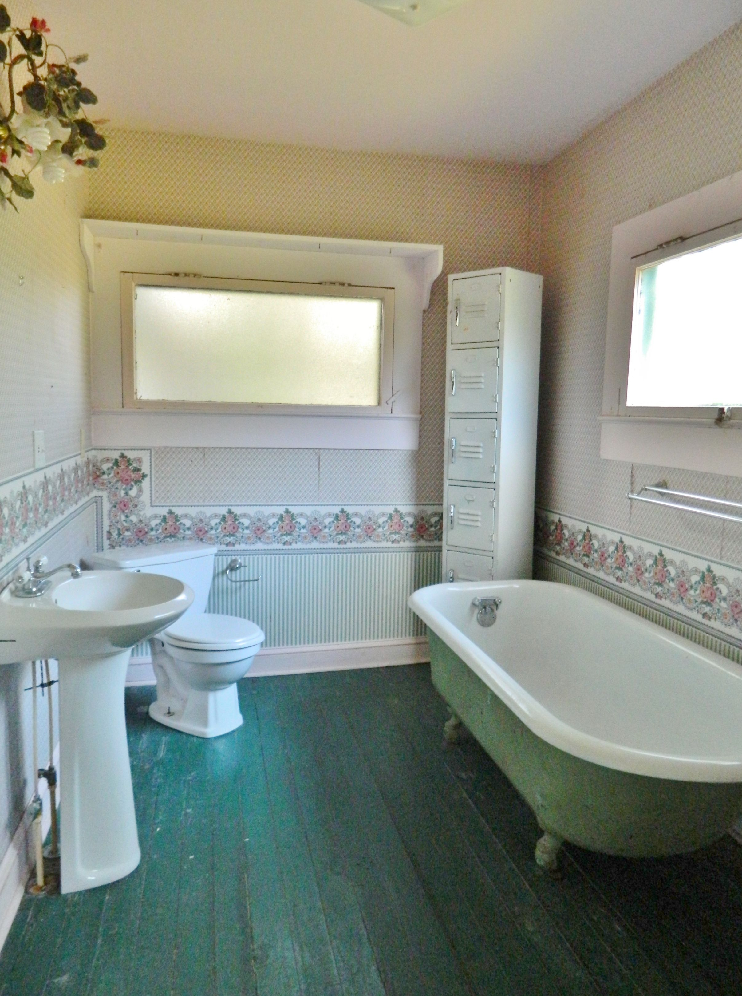 Cute Vintage Bathroom With Clawfoot Tub In This Unique &