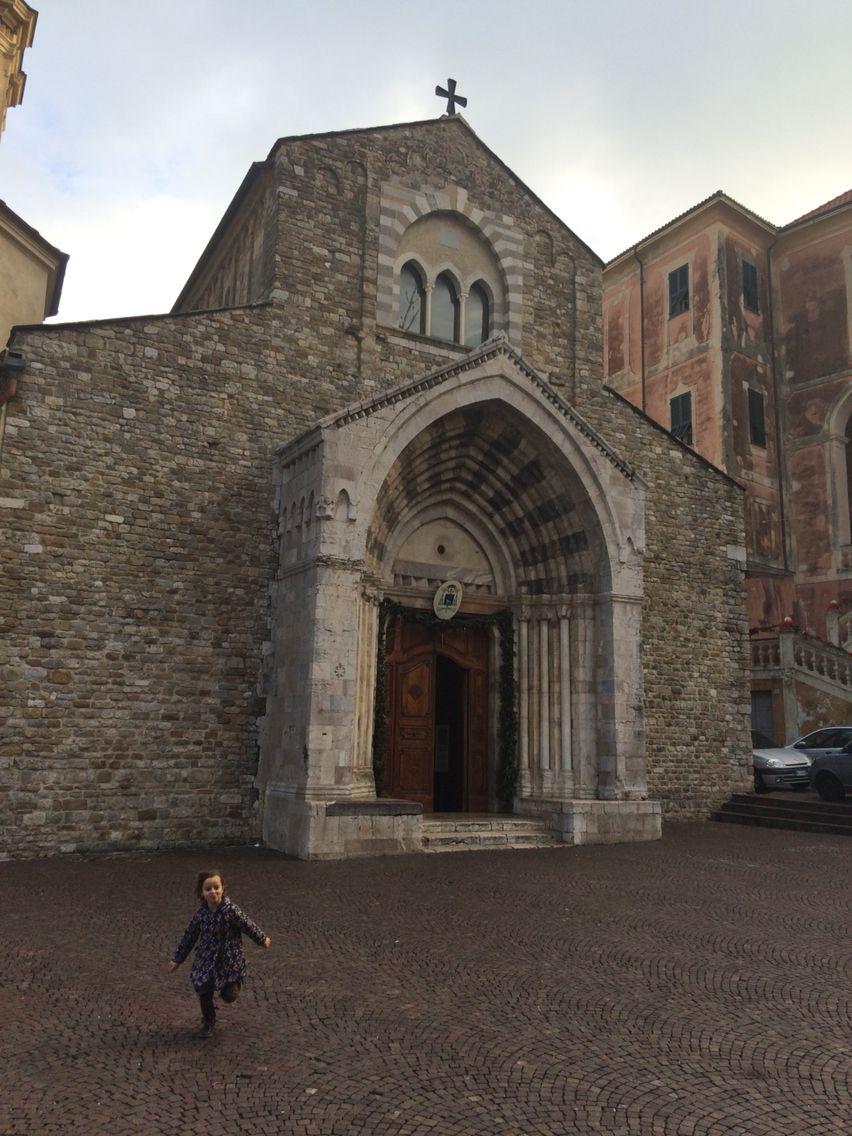 Ventimiglia alta. Cattedrale con bimba. Emma