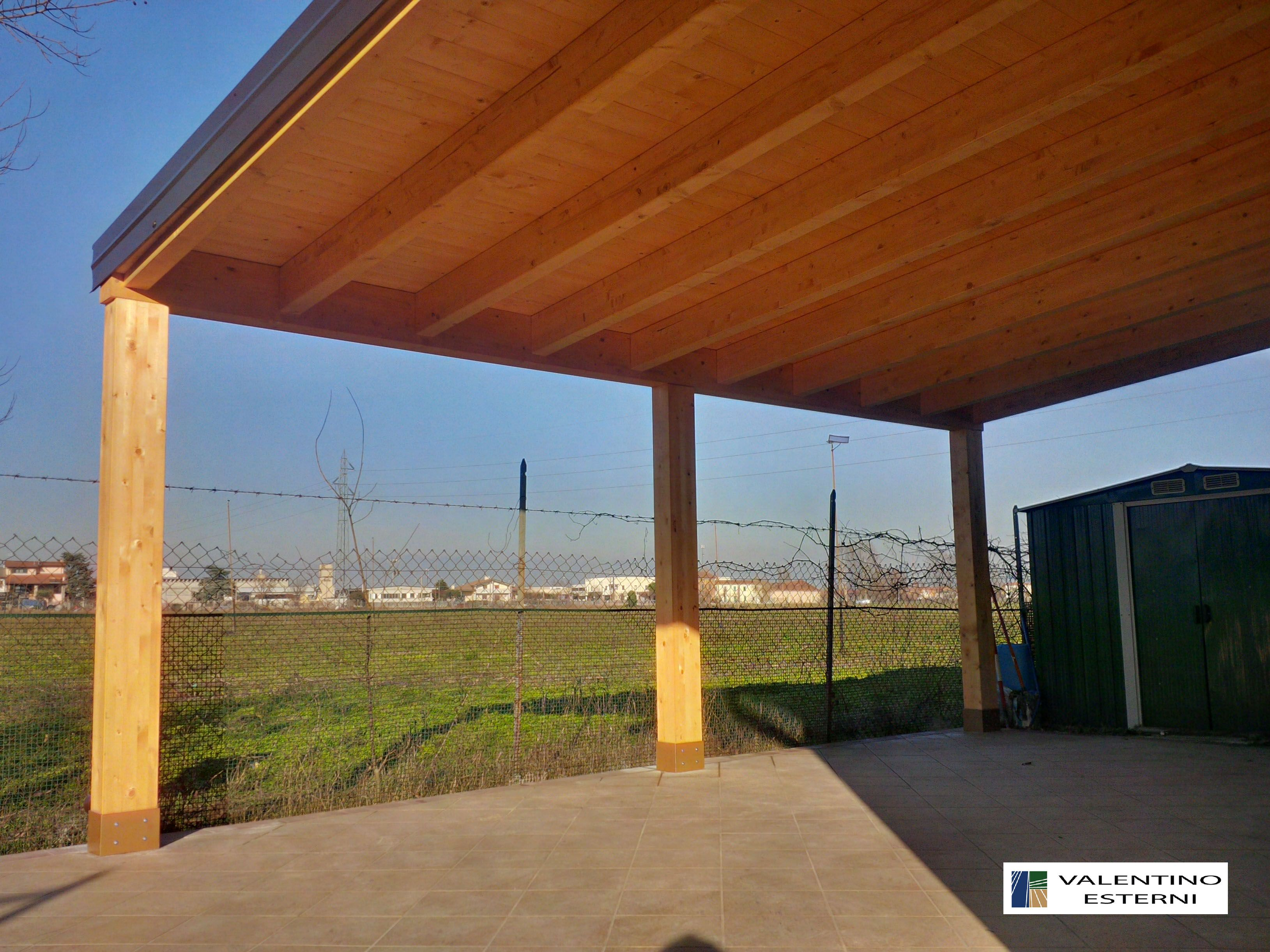 Luci Per Tettoia In Legno tettoia in legno lamellare addossata con incastri su trave