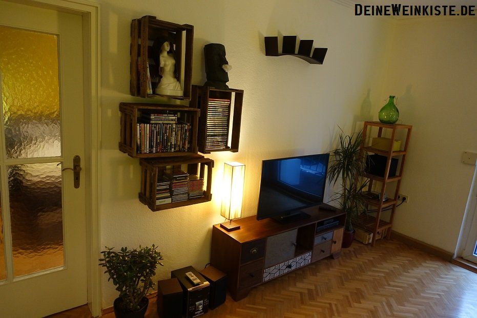 dvd cd regal aus weinkisten mit anti holzwurm w rmebehandlung an wand 07 weinkisten. Black Bedroom Furniture Sets. Home Design Ideas