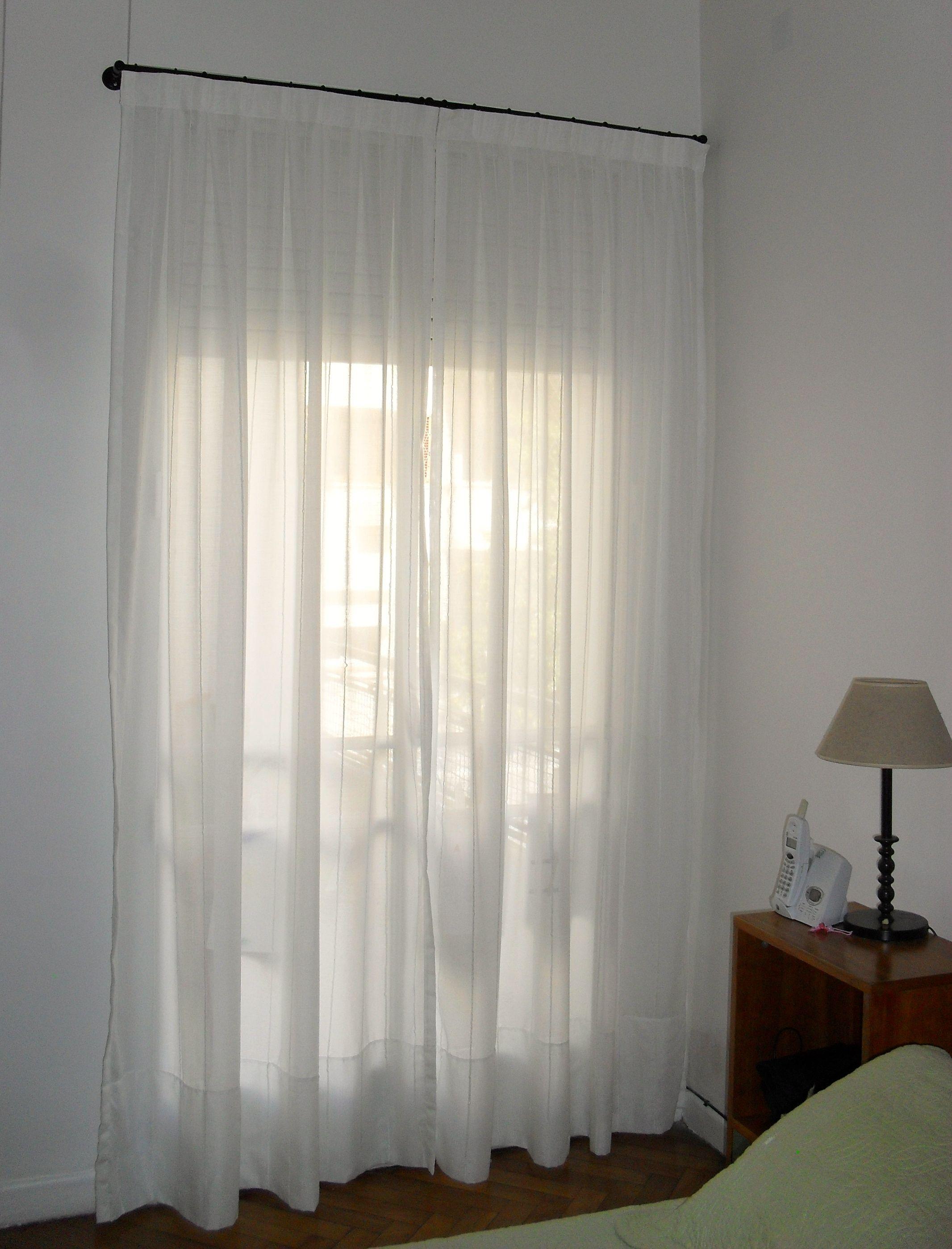 Cortina de gasa blanca con detalles de fantas a con for Cortinas para dormitorio