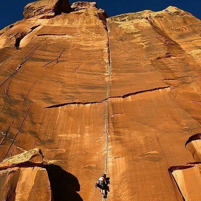 Cette ligne !!!  Source: Coyne Crack, 5.12a in Indian Creek, Utah.  @jenny.lemonpie