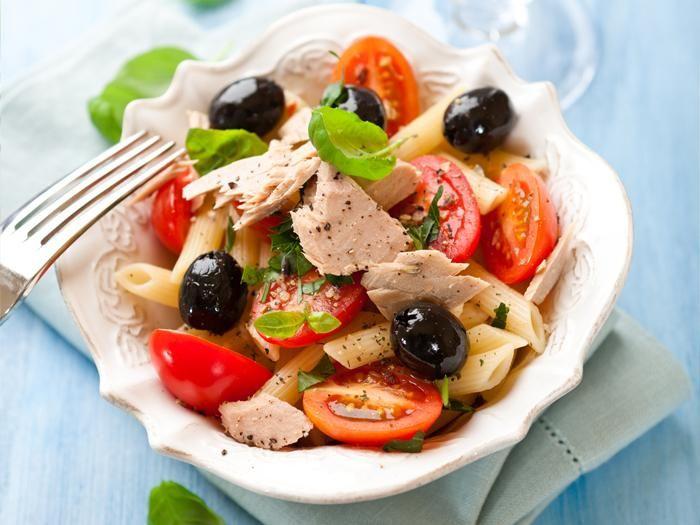 سلطة المكرونة بالتونا والبسطرما Tuna Pasta Salad With Pastrami Food Pasta Salad Recipes Pasta Salad