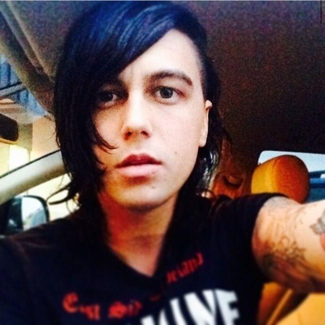 Kellin changed his hair a bit. Looks kinda like Ronnie's ...