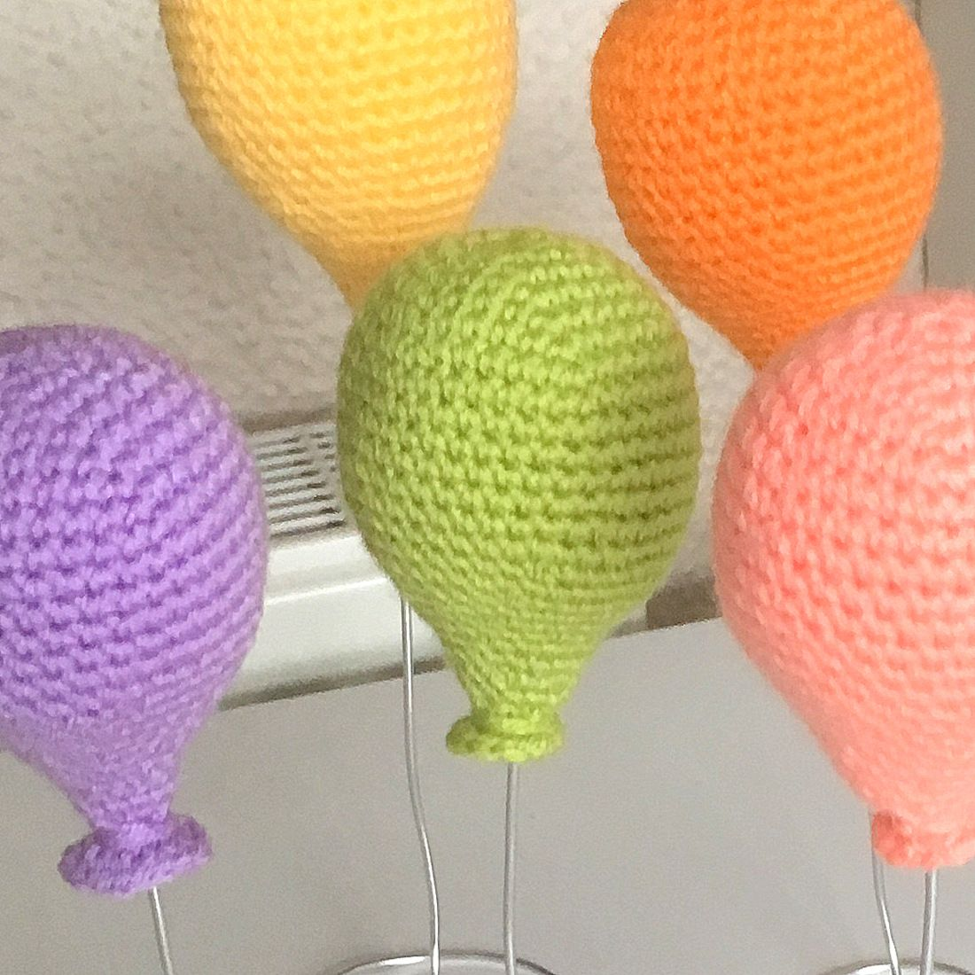 Free standing crochet balloons! A free pattern by Sarah