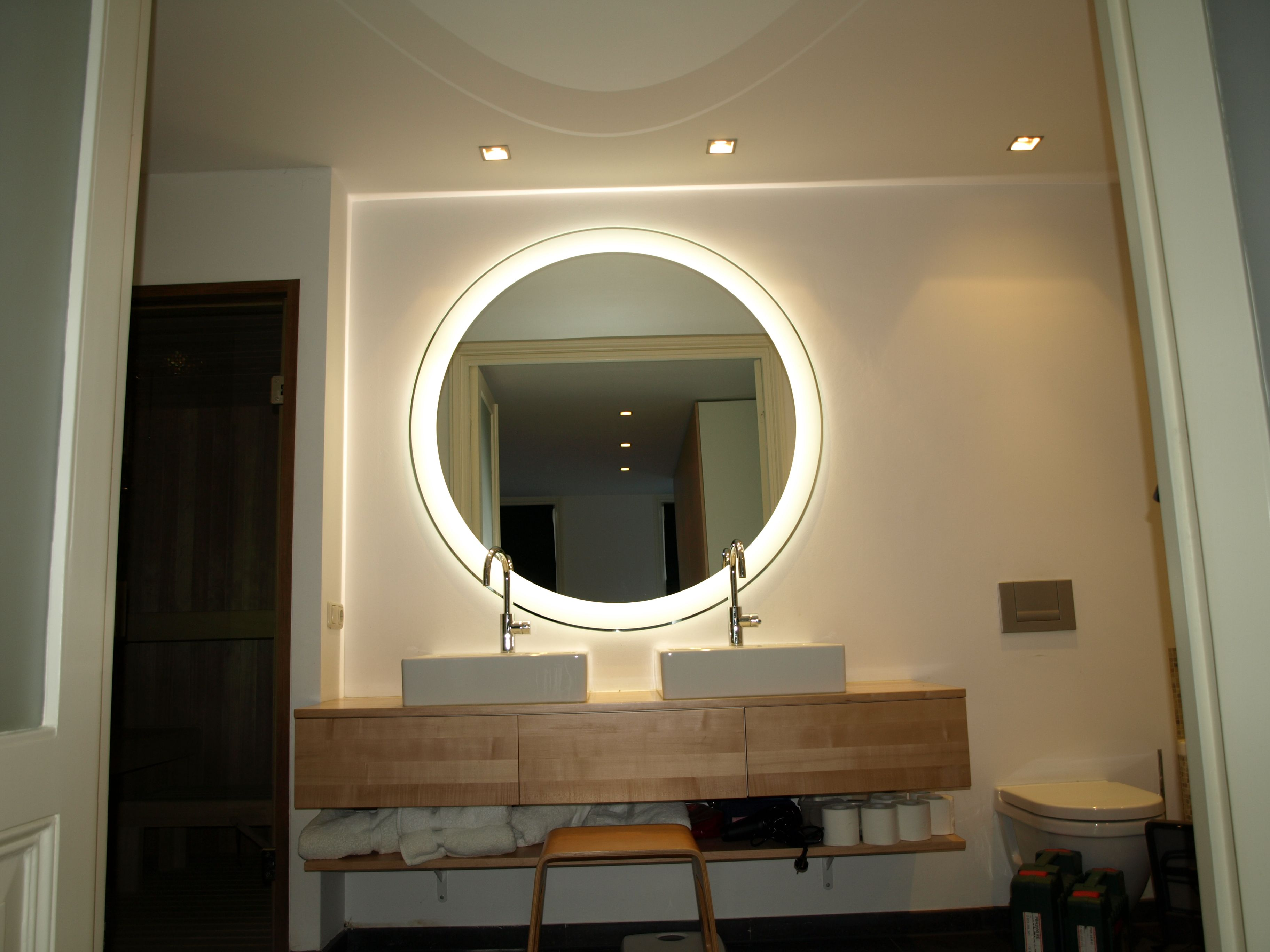 LED spiegel voor de badkamer. Grote ronde spiegel met led ...