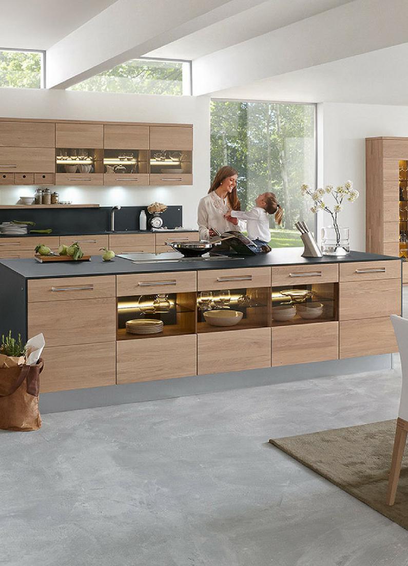 Schlichte Holz Kuche Mit Kochinsel In Modernem Design Holzkuche Massivholzkuchen Kuche Holz