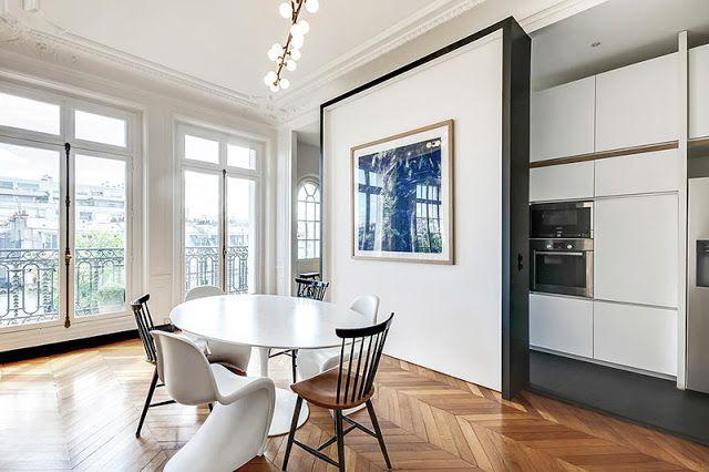 Un appartement haussmannien moderne et design for Deco sejour haussmannien