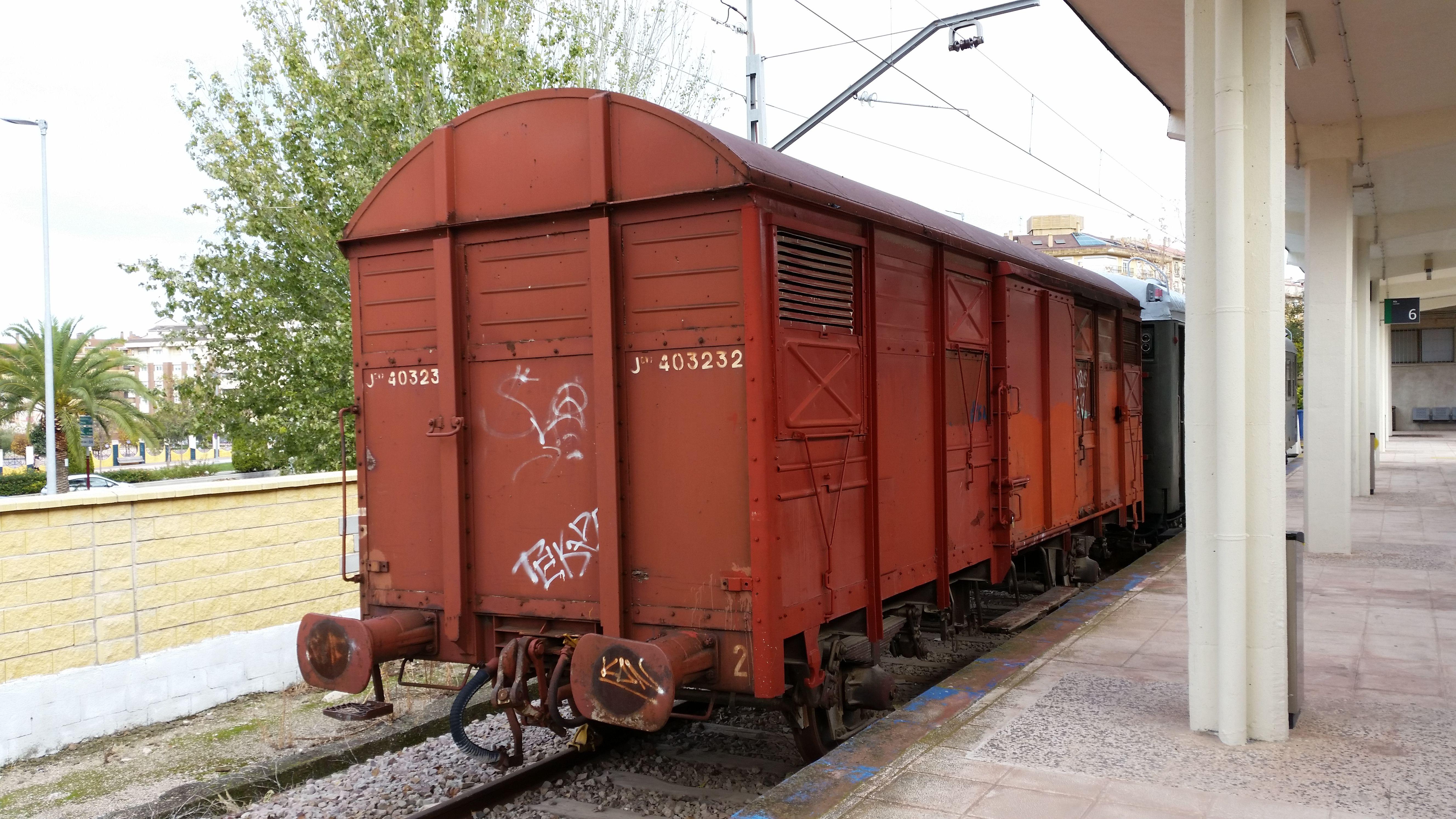 vagón de mercancias estacionado en uno de los andenes auxiliares de la estación de ferrocarril de Jaén