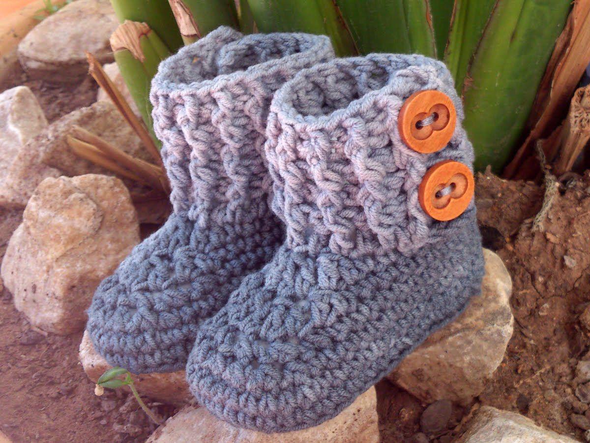 Botita para bebé en tonos degradados con 2 botones | Crochet booties ...