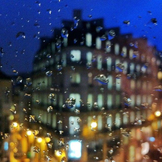 #paris#placedesvictoires#eau#water#window#fenetre#night#rain#soir#pluie
