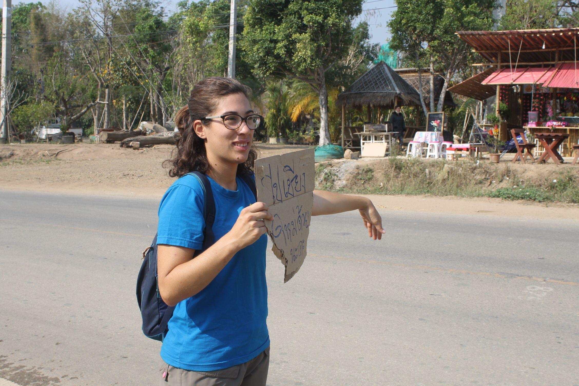 Autoestop en Pai para ir a Chiang Mai, nunca sabremos qué pone realmente en el cartel!