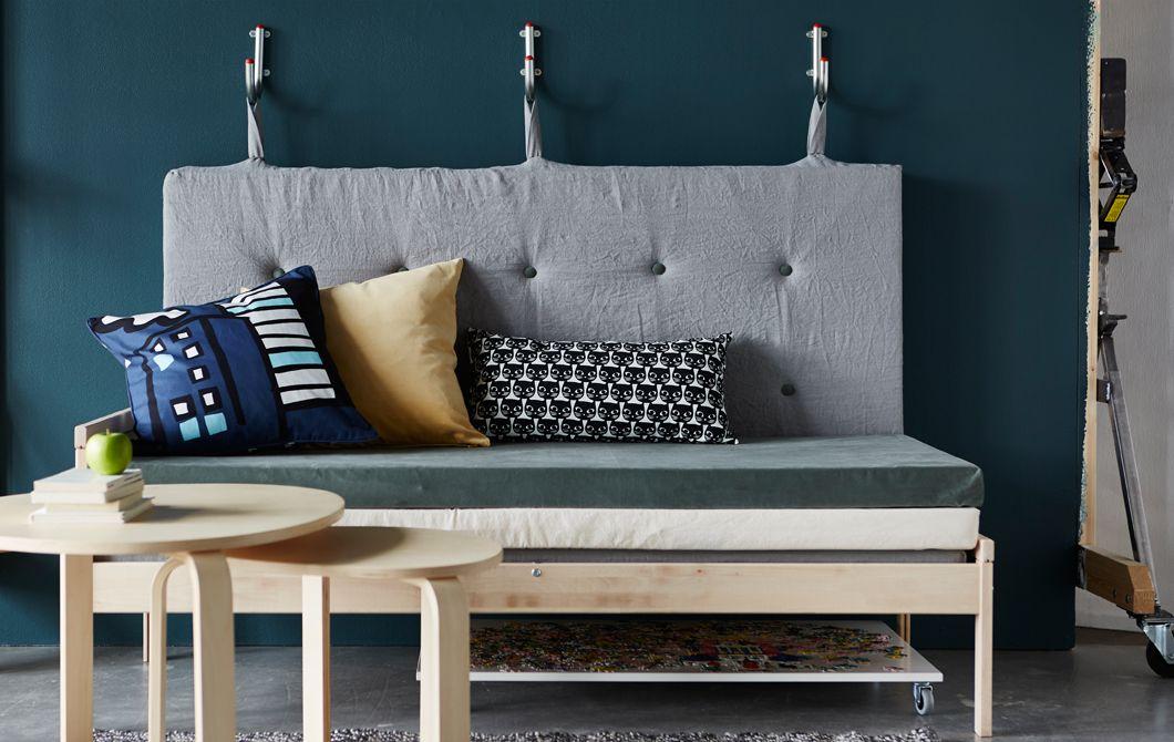 ein sofa aus matratzen die r ckenlehne ist mit haken an der wand befestigt working space. Black Bedroom Furniture Sets. Home Design Ideas
