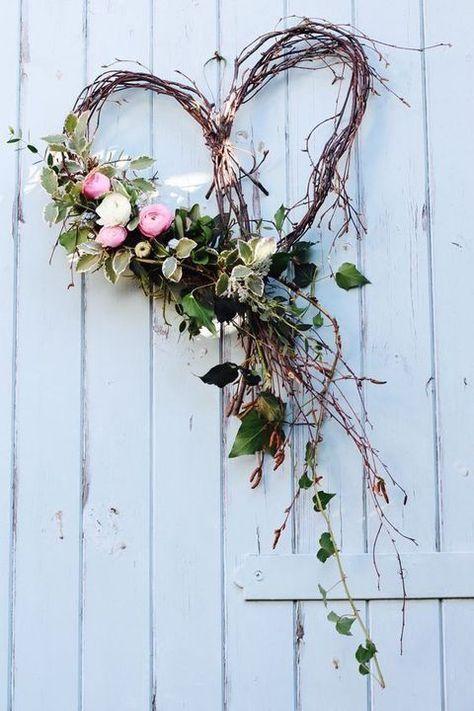 Photo of Herzförmiger Kranz der frischen Birke mit Blumen und Grün #birke #blumen #fris…