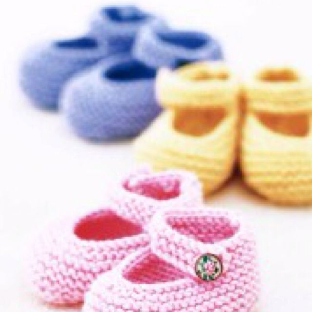 Free knitting pattern for these Mary Janes! Can't wait! http://tlc.howstuffworks.com/home/free-baby-bootie-knitting-patterns2.htm