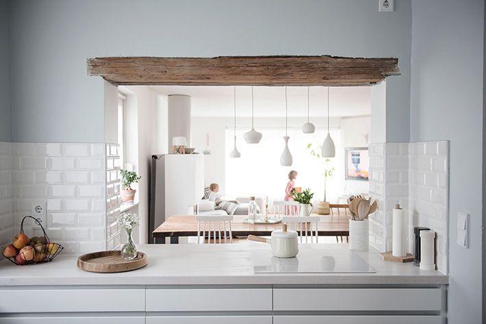 Zauberhafte Küche In Weiß Und Rauchblau   Besonders Gefallen Uns Die Rohen  Balken Und Die Vielen Accessoires Im Skandi Grafikdesign