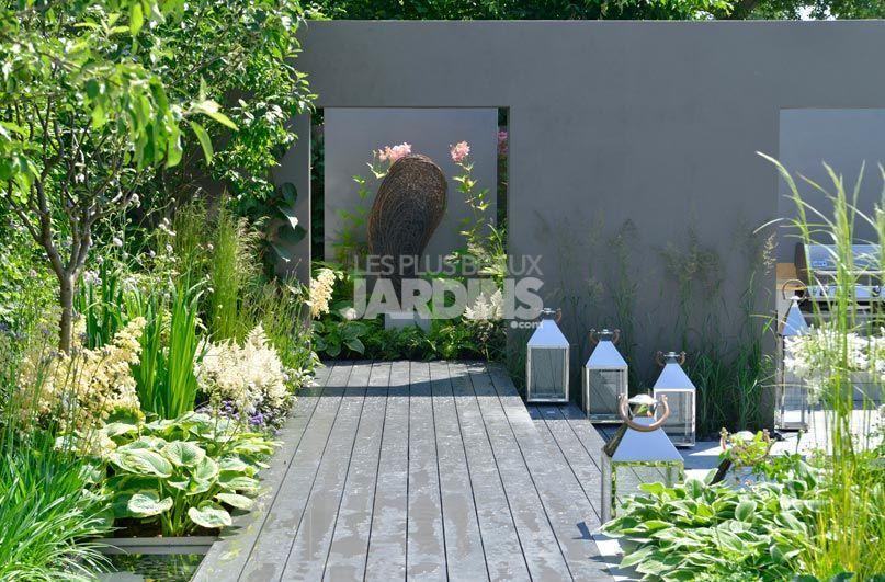 Derri re des murs gris un espace d di avec une salle for Jardin mur gris