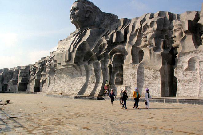 Tượng đài được làm từ đá hoa cương có chiều cao 18,5 m, hình cánh cung dài 101 m, mang hình ảnh người mẹ dang tay đón các con vào lòng. Công trình được xây dựng từ 20.000 tấn đá hoa cương.xây dựng trên diện tích 15 ha, thuộc khu vực núi Cấm, xã Tam Phú (Tam Kỳ). Phía trước tượng là quảng trường tiền môn với 30 ngọn đèn đá, tượng trưng cho 30 năm mẹ chờ đợi ngày giải phóng.
