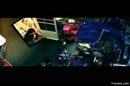 Pelicula de Transformers: Optimus Prime asoma a la ventana de la habitación de Sam.