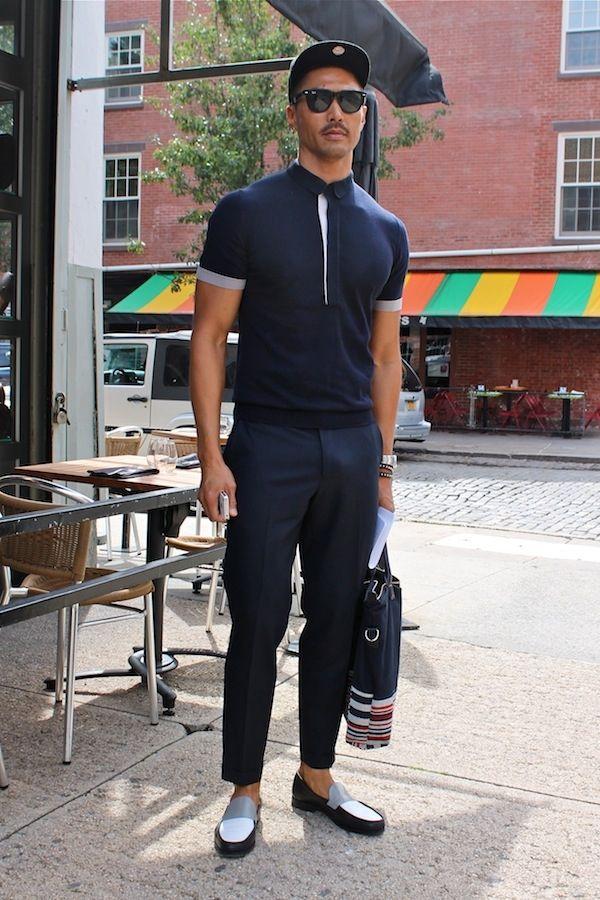 b74a20582a0695 Look de moda: Camisa polo azul marino, Pantalón de vestir azul marino,  Mocasín de cuero en negro y blanco, Bolsa tote de lona azul marino