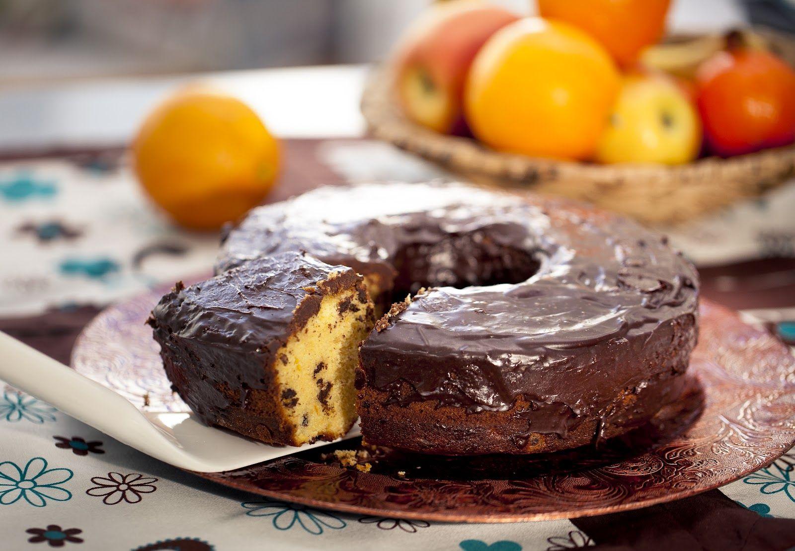 Si el bizcocho de naranja está bueno por si solo, imaginaos como estará añadiendole unas pepitas de chocolate y una cobertura de más chocol...
