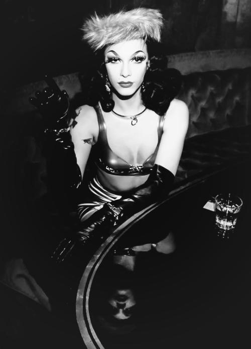 ♊ Violet Chachki, 13 de junho de 1992. Drag queen, cantora, dançarina de burlesco, trapezista e modelo. ♊