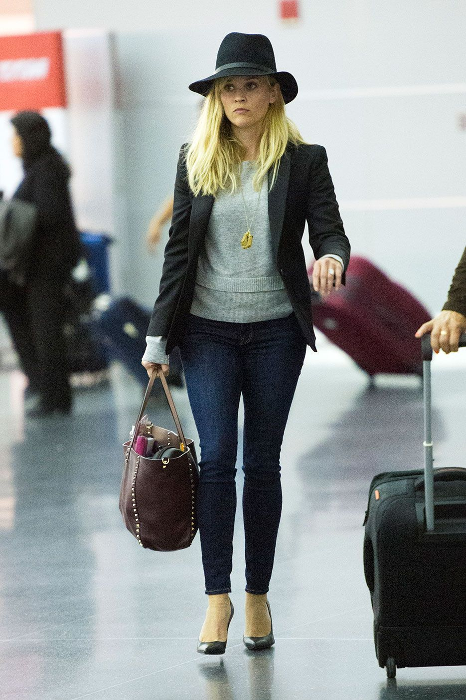 9 Of Our Favorite Celebrity Airport Style Looks Celebrity Airport Style Airport Style And