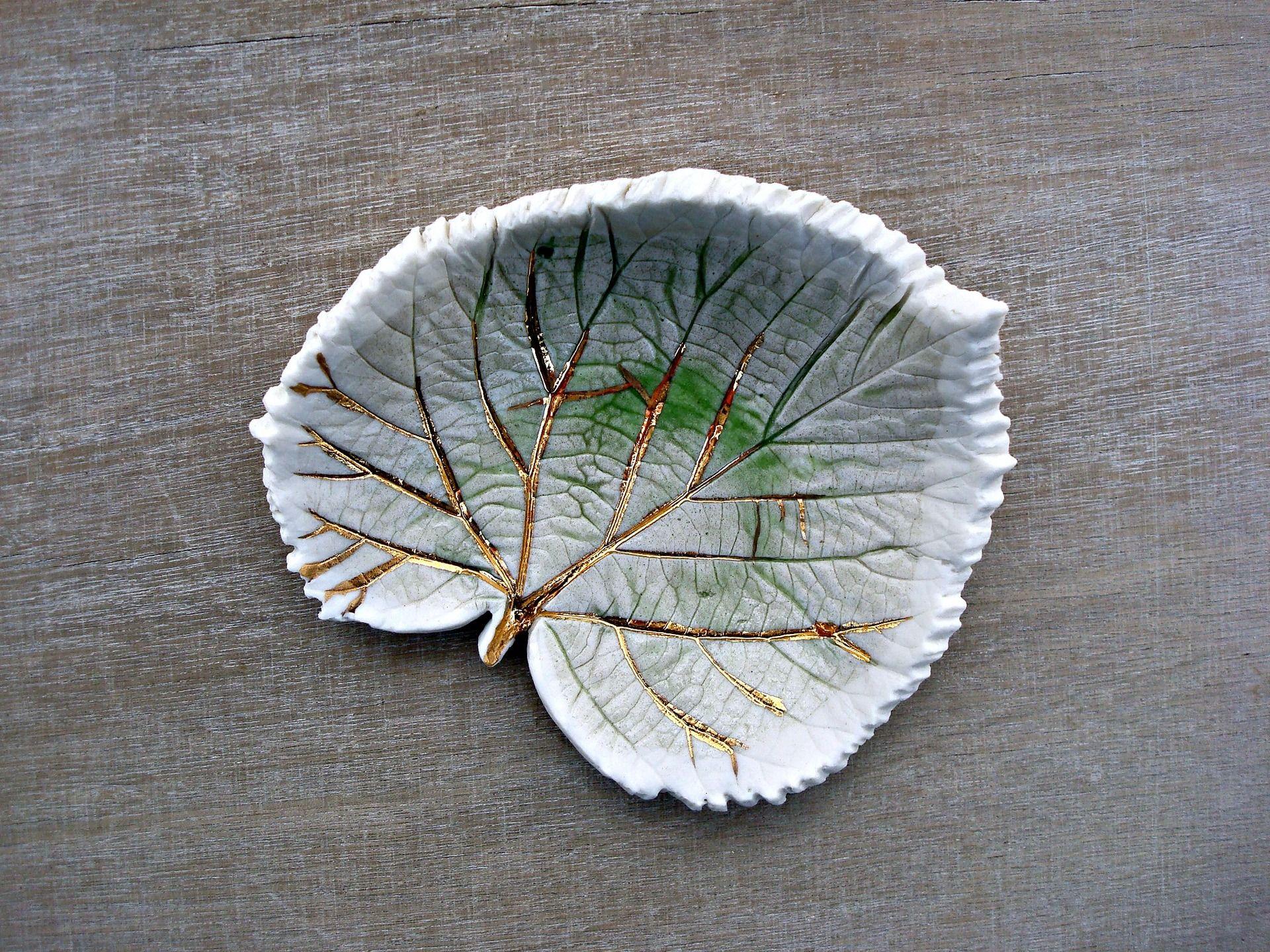 Feuille en céramique, feuille verte en céramique, objet déco en céramique, feuille céramique or, porcelaine or, vert et or : Art céramique par oerine