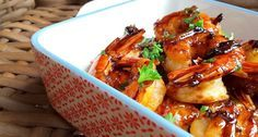 Gemarineerde scampi in een soja-honingsaus is om de duimen en vingers af te likken! Ook als aperitiefhapje kan je dit eenvoudige gerecht serveren!
