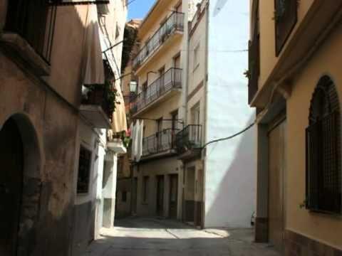Calanda, ciudad natal del cineasta Luís Buñuel, famosa por tu tamborrada en Semana santa.