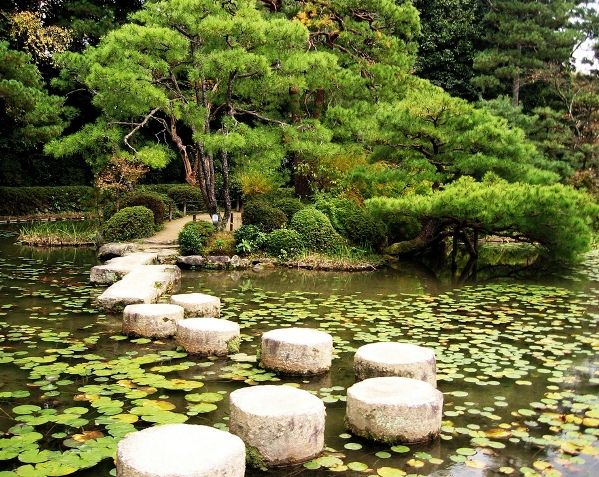 Japanese zen gardens stepping stones in the garden of the for Japanese garden stones