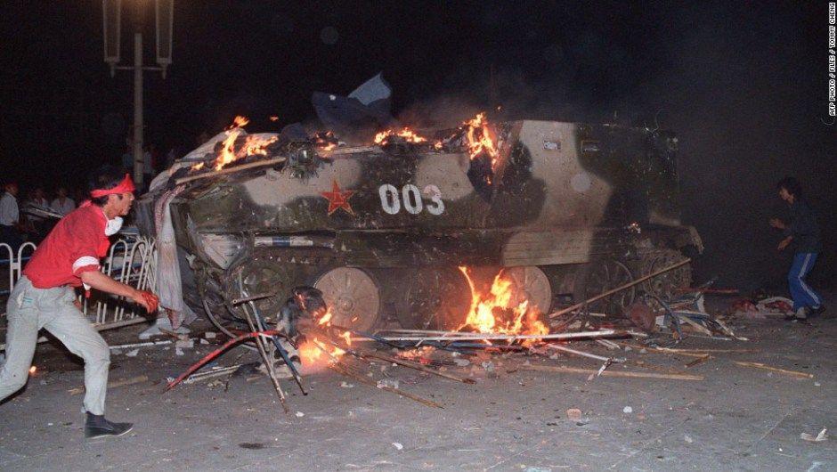 Estudiantes respondieron a la represión de las tropas chinas prendiendo fuego a los tanques, el 4 de junio de 1989. No se conoce una cifra oficial de muertos, pero testigos y organizaciones de derechos humanos han dicho que cientos de personas murieron en las manifestaciones.