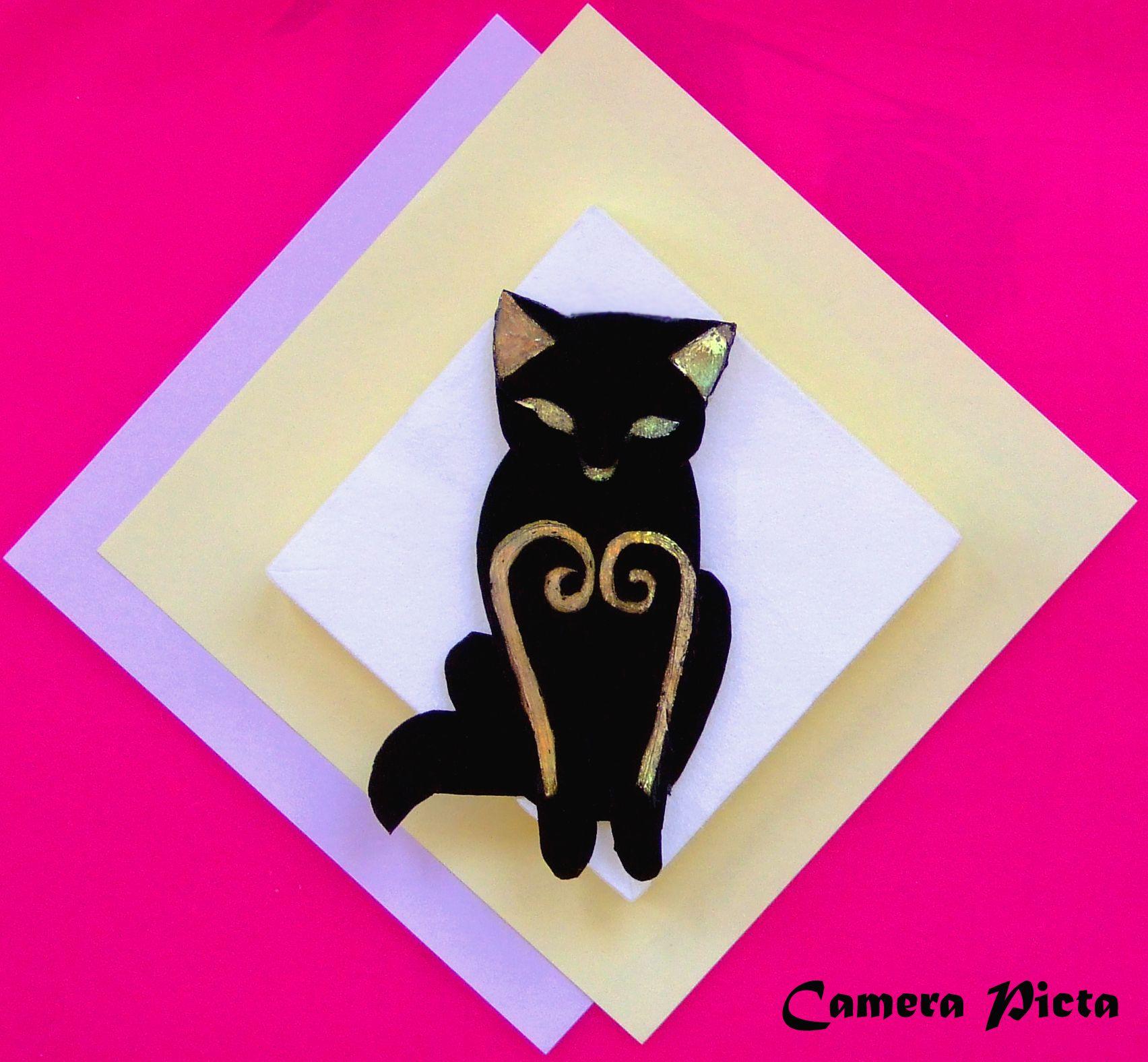 Spilla a forma di gatto. Lamina plastica monocromata e brillantini, su supporto metallico; cm 9 x 4,8.  http://www.ebay.it/usr/camerapicta-art