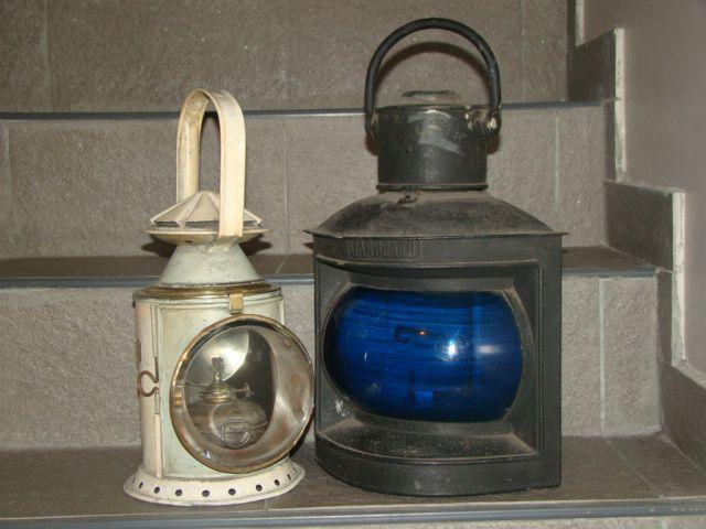 Farol de tren con mechero original, vidrio biselado y recamara interna con vidrio rojo y azul mas farol de barco adaptado para electricidad