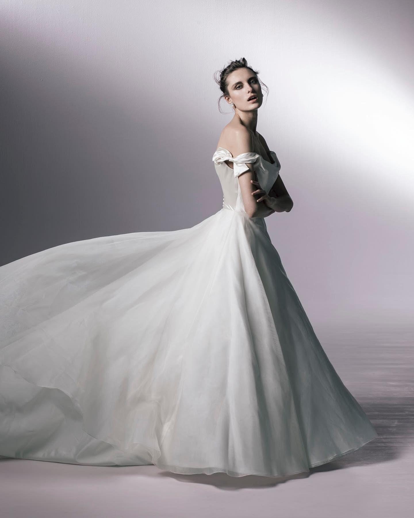 Authentiqueのシンプルな ロイヤルウェディングを感じさせるドレス達 Phillipa Lepleyフィリッパレプリーのaラインドレス なめらかなシルクサテンのドレープが美しいトップスに シルクオーガンジーの軽やかなスカート オフショルダーにあしらわれた 2020 Aライン