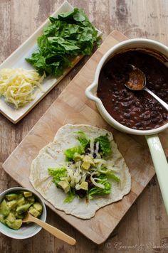 Tortillas mit schwarzer Bohnen-Mole und marinierter Avocado