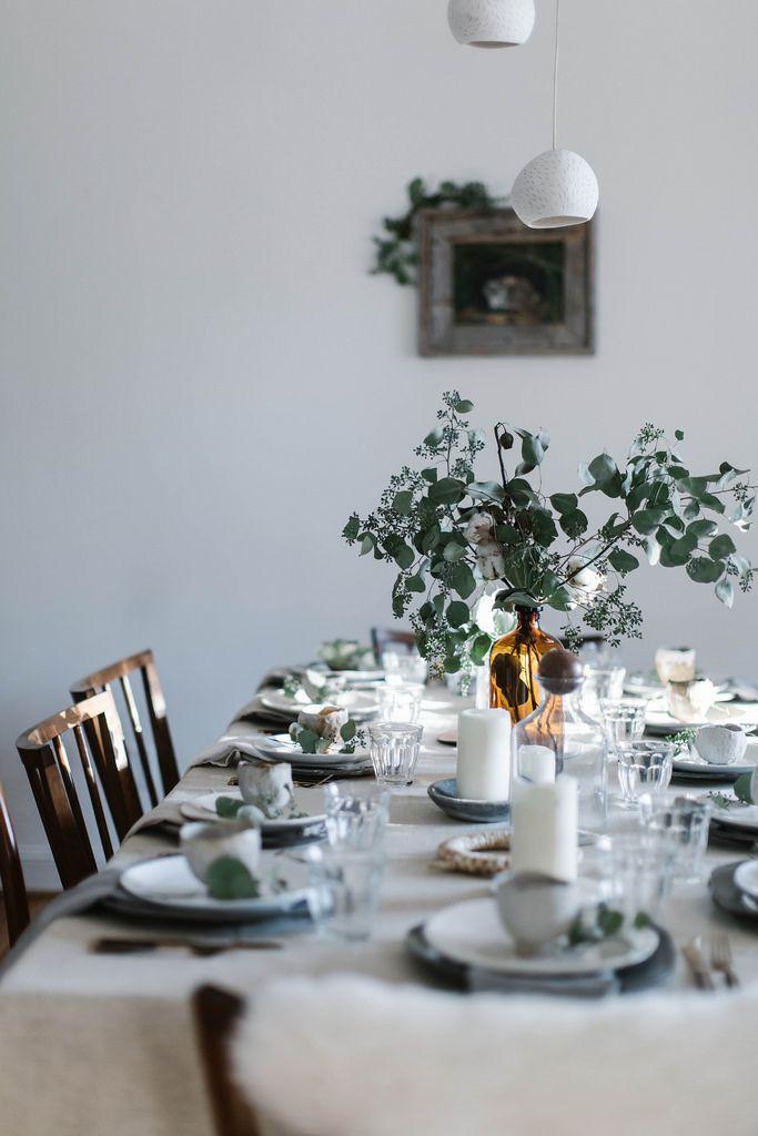 idee deco pour une table de noel naturelle et vegetale avec un bouquet d eucalyptus