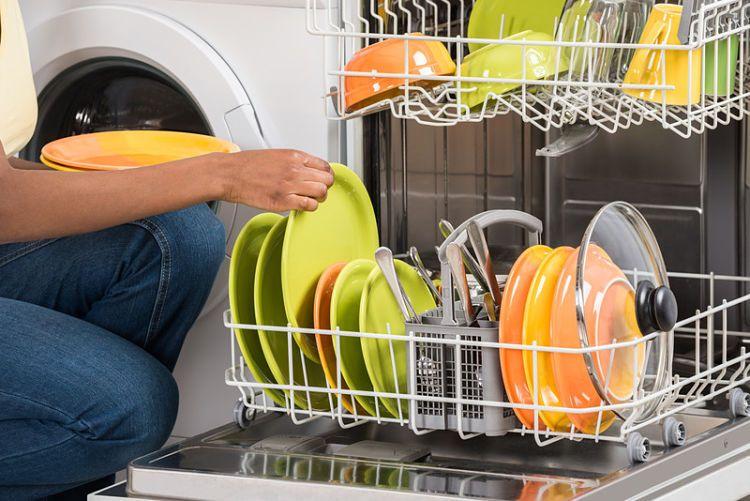¿Sabes cómo limpiar tu lavavajillas? Muchas veces nos olvidamos de su cuidado, pero es muy importante hacer una limpieza exclusiva al propio lavavajillas al menos una vez al mes.