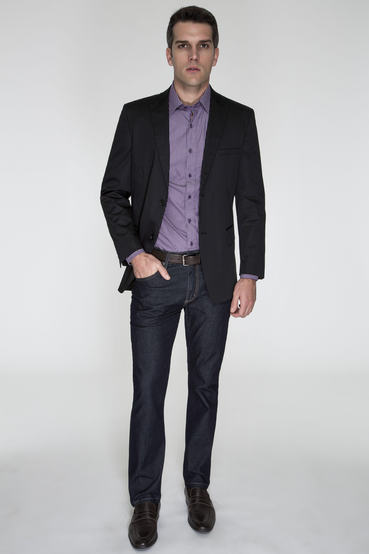 Camisa roxa listrada, acompanhada de blazer preto e calça jeans sem  lavagem. A ausência