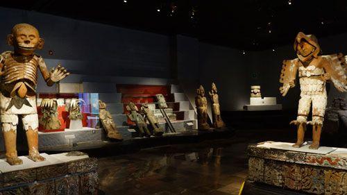 (LA CONTINUACIÓN DEL TEMPLO MAYOR) - Mi madre, padre, y yo nos gustan museos, y hay un museo del Templo Mayor. Nos encantará ver los artefactos en el museo. Veremos ofertas antiguas (que usan las Aztecas). Será muy especial y único.