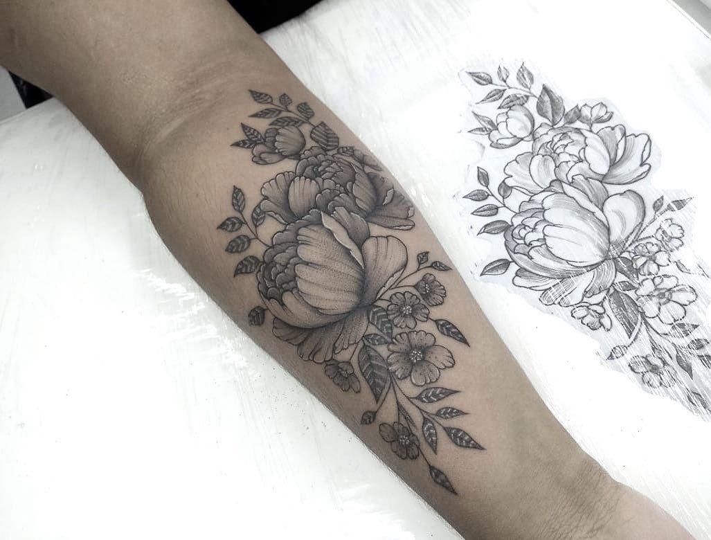 Flores em traços finos, tattoo feita pelo @rafacosta.rs 💐🙏🏻😍 . . . #netotattoors #rafapoars #tattoo #tattoors #tatuagem #tatuagemrs #job #tattoojob #tattoobr #tattooed #tattooer #tattooink #portoalegre #tatuadorpoa #lineworktattoo #linework #blackwork #blackworktattoo #fineline #fine #inkedmag #tattoo2me #tatuagemdelicadas