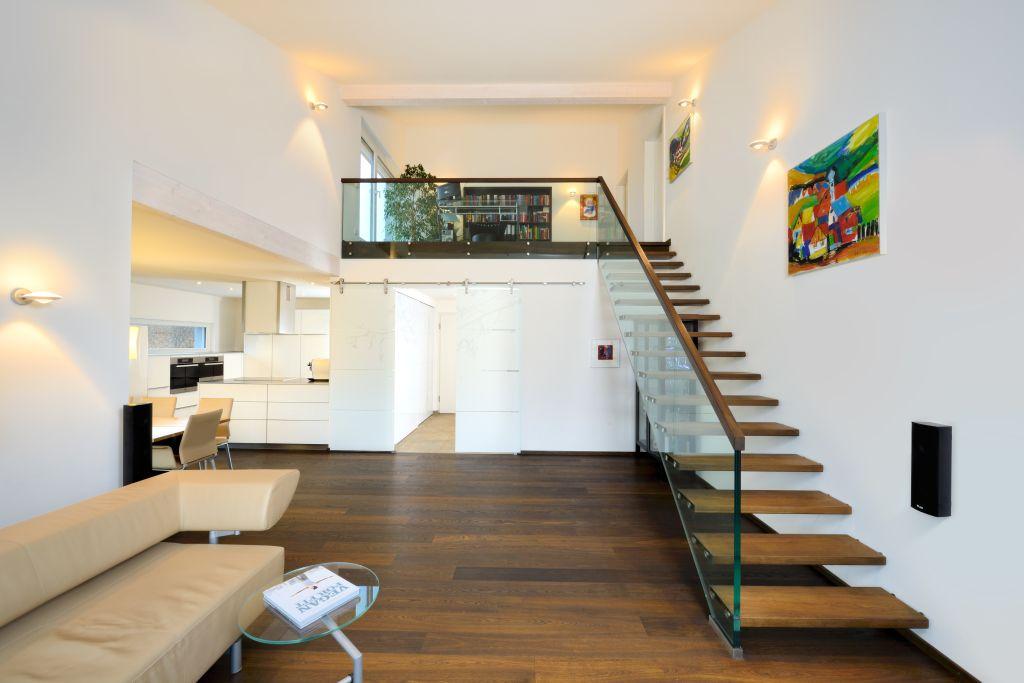 wohnzimmer mit frei schwebender treppe im bau fritz bungalow architecture photo pinterest. Black Bedroom Furniture Sets. Home Design Ideas